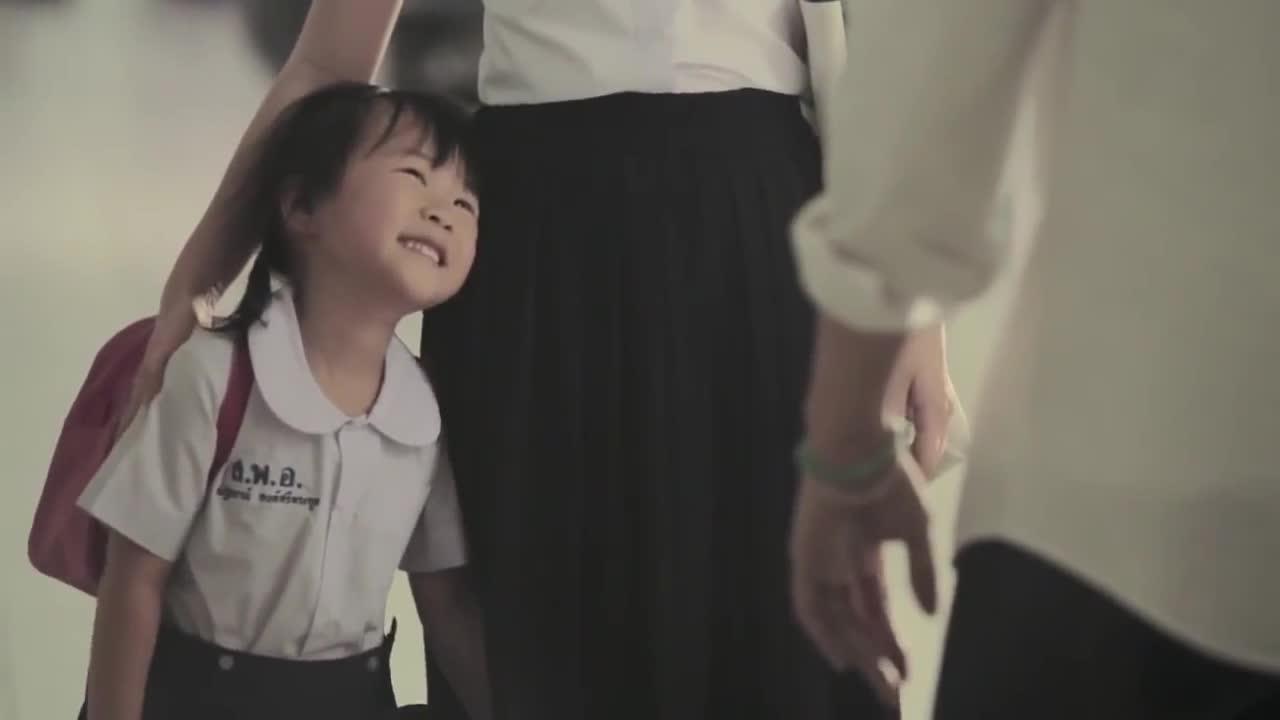 Clip nữ sinh làm mẹ đơn thân gây xúc động mạnh