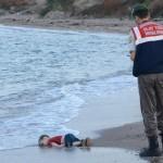 """Hình ảnh """"Xác cậu bé Syria bên bờ biển"""" gây chấn động toàn thế giới"""