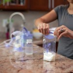 Nên vắt sữa mẹ bằng tay hay bằng máy?