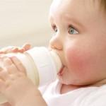 Trẻ táo bón nên uống sữa gì