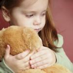 Nhận biết dấu hiệu trẻ tự kỷ theo từng giai đoạn