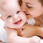 Tập lật cho trẻ đúng cách để giúp bé yêu khỏe mạnh