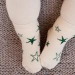 Mùa đông có nên mang tất chân cho trẻ khi ngủ