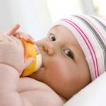 Mẹo hay giúp mẹ tập cho bé bú bình nhanh chóng
