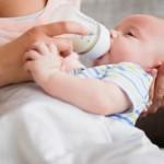 Tránh tình trạng nuốt phải khí thừa khi bé tập bú bình