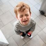 Làm thế nào khi trẻ hay ăn vạ nơi công cộng