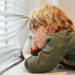 Phải để trẻ ở nhà một mình, bố mẹ nên làm những điều sau