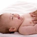 Các động tác massage giúp mẹ trị chứng táo bón ở trẻ sơ sinh