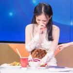 """Diễn viên làm mẹ đơn thân ở tuổi 20 khóc nức nở trong """"Bữa trưa vui vẻ"""""""
