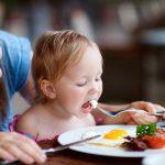 Thường xuyên cho trẻ nhỏ ăn trứng có tốt không?