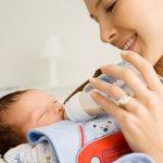 Để bé bú khỏe mẹ cần lựa chọn bình sữa cho bé đúng cách