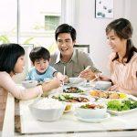 Dạy con phép lịch sự từ nguyên tắc cơ bản trên bàn ăn